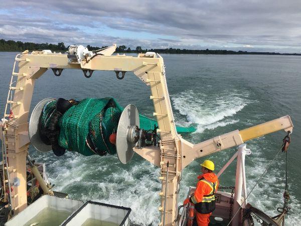 Opération de chalutage dans les eaux douces du fleuve Saint-Laurent avec le navire de recherche Lampsilis