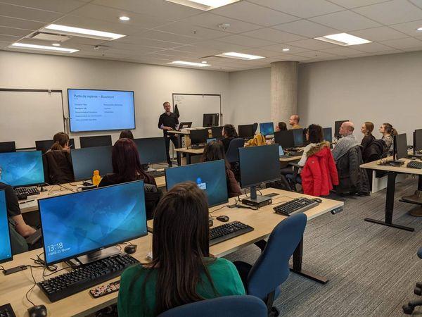 Plusieurs participants assistent à une formation sur l'expérience utilisateur