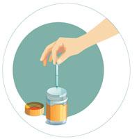 Étape 2 - Prenez la seringue avec précaution par le bout non piquant. Déposez la seringue dans le contenant.